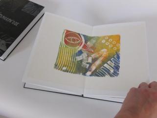Présentation d'une des gravures du livres d'artistes Métamorph'Ose! projet mené par l'association D'ici à Là au centre pénitentiaire de Fresnes autour de l'oeuvre d'Ovide