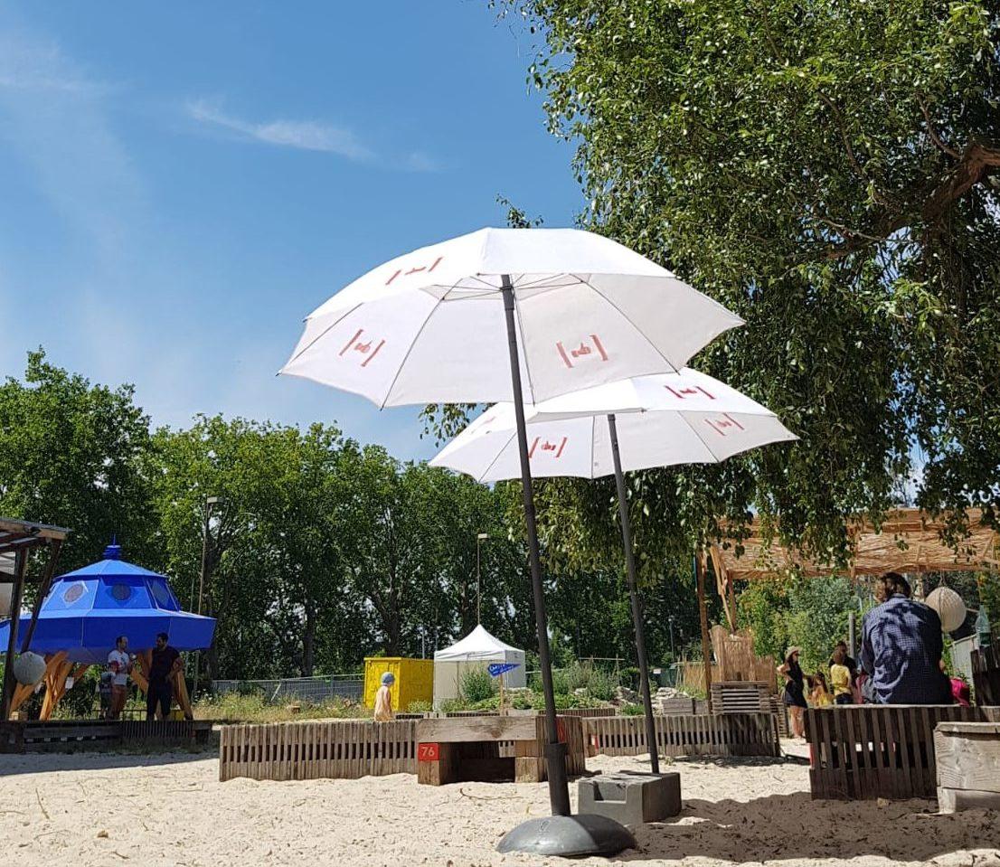 Soleil, plage, parasols pour livres en herbe